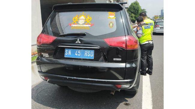 Polisi Sebut Mobil Pelat Negara Pakai Atribut Kekaisaran Sunda Nusantara Berpangkat Jenderal
